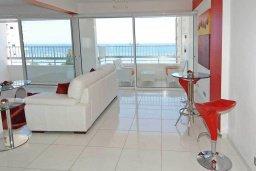 Гостиная. Кипр, Центр Лимассола : Роскошный апартамент в 50 метрах от пляжа, с балконом и видом на море, с большой гостиной, тремя отдельными спальнями и двумя ванными комнатами, для 6 человек