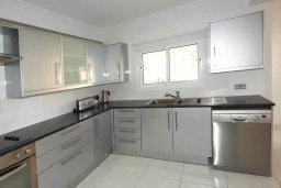 Кухня. Кипр, Центр Лимассола : Роскошный апартамент в 50 метрах от пляжа, с балконом и видом на море, с большой гостиной, тремя отдельными спальнями и двумя ванными комнатами, для 6 человек