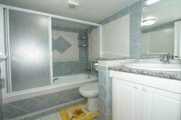 Ванная комната. Кипр, Гермасойя Лимассол : Двухуровневый апартамент в 20 метрах от пляжа, с балконом, террасой и шикарным видом на море, с большой гостиной, четырьмя отдельными спальнями, тремя ванными комнатами, для 8 человек