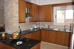 Кухня. Кипр, Перволия : Великолепная вилла с видом на море, с 4-мя спальнями, с бассейном, красивым зелёным садом и тенистой террасой с патио