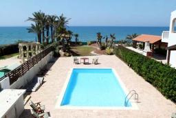 Бассейн. Кипр, Перволия : Великолепная вилла с видом на море, с 4-мя спальнями, с бассейном, красивым зелёным садом и тенистой террасой с патио