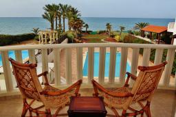 Балкон. Кипр, Перволия : Великолепная вилла с видом на море, с 4-мя спальнями, с бассейном, красивым зелёным садом и тенистой террасой с патио