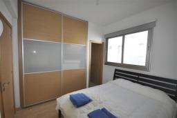 Спальня. Кипр, Перволия : Апартамент в 100 метрах от пляжа, с террасой и видом на море, с большой гостиной, тремя спальнями и двумя ванными комнатами, для 6 человек