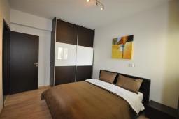 Спальня 2. Кипр, Перволия : Апартамент в 100 метрах от пляжа, с террасой и видом на море, с большой гостиной, тремя спальнями и двумя ванными комнатами, для 6 человек
