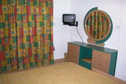 Спальня. Кипр, Декелия - Ороклини : Двухэтажная вилла недалеко от пляжа с частичным видом на море, 3 спальни, 2 ванные комнаты, сад, Wi-Fi