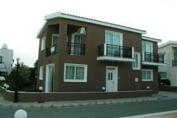Фасад дома. Кипр, Декелия - Ороклини : Двухэтажная вилла недалеко от пляжа с частичным видом на море, 3 спальни, 2 ванные комнаты, сад, Wi-Fi
