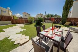 Обеденная зона. Кипр, Сиренс Бич - Айя Текла : Шикарная вилла с бассейном и зелёным двориком, с 3-мя спальнями, патио и барбекю