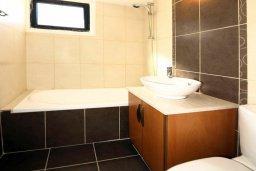 Ванная комната. Кипр, Айос Тихонас Лимассол : Апартамент в комплексе с бассейном, с гостиной и двумя спальнями, для 4 человек