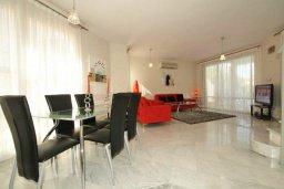 Гостиная. Кипр, Пареклисия : Современная вилла с бассейном и зеленым двориком с барбекю, 3 спальни, 2 ванные комнаты, парковка, Wi-Fi