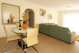 Гостиная. Кипр, Гермасойя Лимассол : Апартамент в 15 метрах от пляжа, с балконом и видом на море, с гостиной, двумя отдельными спальнями и двумя ванными комнатами, для 4 человек
