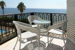 Балкон. Кипр, Гермасойя Лимассол : Апартамент в 15 метрах от пляжа, с балконом и видом на море, с гостиной, двумя отдельными спальнями и двумя ванными комнатами, для 4 человек