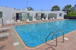 Фасад дома. Кипр, Си Кейвз : Вилла с 4-мя спальнями, с бассейном, патио и барбекю, расположена в Coral Bay