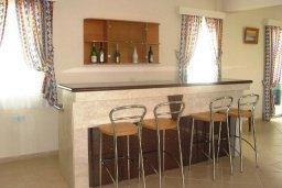 Обеденная зона. Кипр, Си Кейвз : Вилла с 4-мя спальнями, с бассейном, патио и барбекю, расположена в Coral Bay