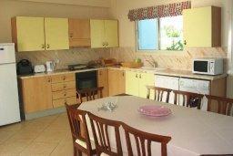 Кухня. Кипр, Си Кейвз : Вилла с 4-мя спальнями, с бассейном, патио и барбекю, расположена в Coral Bay
