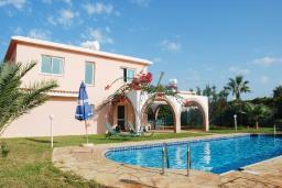 Кипр, Си Кейвз : Шикарная вилла с 5-ю спальнями, с бассейном, зелёной территорией с беседкой и барбекю