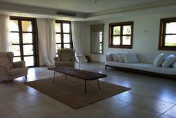 Гостиная. Кипр, Св. Рафаэль Лимассол : Великолепная вилла с 4-мя спальнями, с бассейном, зелёной территорией, патио и барбекю