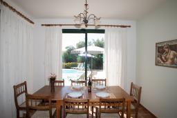 Кипр, Киссонерга : Комфортабельная вилла с 4-мя спальнями, с бассейном, зелёной территорией с патио и барбекю, расположена в Coral Bay