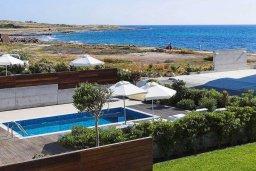 Вид на море. Кипр, Пафос город : Красивая вилла с 3-мя спальнями, с бассейном и солнечной террасой, расположена в Пафосе