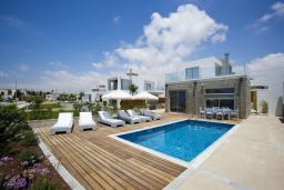Фасад дома. Кипр, Пафос город : Потрясающая вилла с 3-мя спальнями, с бассейном и солнечной террасой, расположена в Пафосе