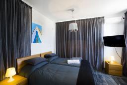 Спальня 2. Кипр, Пафос город : Потрясающая вилла с 3-мя спальнями, с бассейном и солнечной террасой, расположена в Пафосе