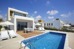 Фасад дома. Кипр, Пафос город : Шикарная вилла с 2-мя спальнями, с бассейном, солнечной террасой с патио, расположена в Пафосе