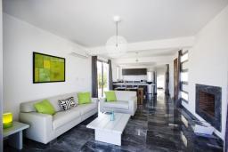 Гостиная. Кипр, Пафос город : Шикарная вилла с 2-мя спальнями, с бассейном, солнечной террасой с патио, расположена в Пафосе