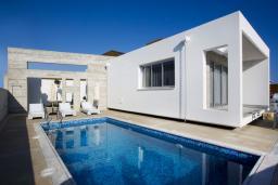 Фасад дома. Кипр, Пафос город : Уютная вилла с бассейном и солнечной террасой, расположена в Пафосе