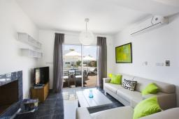 Гостиная. Кипр, Пафос город : Уютная вилла с бассейном, барбекю и солнечной террасой, расположена в Пафосе