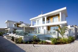Фасад дома. Кипр, Пафос город : Шикарная вилла с панорамным видом на море, с 3-мя спальнями, с бассейном, расположена в Пафосе