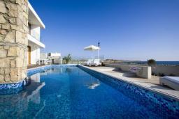 Бассейн. Кипр, Пафос город : Шикарная вилла с панорамным видом на море, с 3-мя спальнями, с бассейном, расположена в Пафосе
