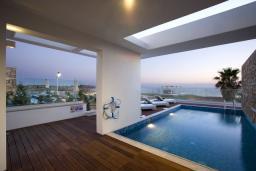 Бассейн. Кипр, Пафос город : Потрясающая вилла с панорамным видом на море, с 3-мя спальнями, с бассейном и солнечной террасой, расположена в Пафосе