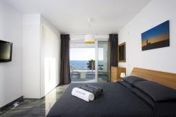 Спальня 2. Кипр, Пафос город : Потрясающая вилла с панорамным видом на море, с 3-мя спальнями, с бассейном и солнечной террасой, расположена в Пафосе