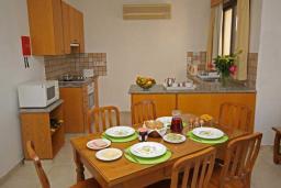 Кипр, Киссонерга : Вилла с 4-мя спальнями, с бассейном, зелёным садом с патио и барбекю, расположена в Coral Bay