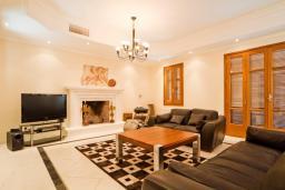 Кипр, Афродита Хиллз : Потрясающая вилла с 5-ю спальнями, с бассейном, приватным двориком с патио и уличным баром, расположена в Афродита Хиллз
