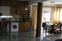 Кухня. Кипр, Декелия - Ороклини : Двухэтажная вилла недалеко от пляжа с зеленым двориком, 3 спальни, 2 ванные комнаты, Wi-Fi