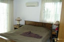 Спальня. Кипр, Декелия - Ороклини : Двухэтажная вилла недалеко от пляжа с зеленым двориком, 3 спальни, 2 ванные комнаты, Wi-Fi