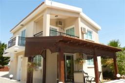 Фасад дома. Кипр, Декелия - Ороклини : Двухэтажная вилла недалеко от пляжа с зеленым двориком, 3 спальни, 2 ванные комнаты, Wi-Fi
