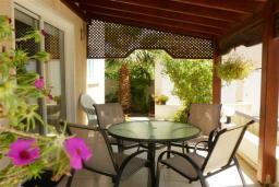 Терраса. Кипр, Декелия - Ороклини : Двухэтажная вилла недалеко от пляжа с зеленым двориком, 3 спальни, 2 ванные комнаты, Wi-Fi