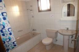 Ванная комната. Кипр, Декелия - Ороклини : Апартамент возле пляжа с балконом и шикарным видом на море, с гостиной и двумя спальнями