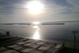 Вид на море. Кипр, Декелия - Ороклини : Апартамент возле пляжа с балконом и шикарным видом на море, с гостиной и двумя спальнями