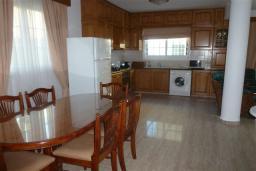 Кухня. Кипр, Декелия - Ороклини : Двухэтажная вилла недалеко от пляжа с балконом и видом на море, 4 спальни, 2 ванные комнаты, дворик с барбекю, Wi-Fi
