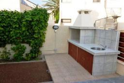 Территория. Кипр, Декелия - Ороклини : Двухэтажная вилла недалеко от пляжа с балконом и видом на море, 4 спальни, 2 ванные комнаты, дворик с барбекю, Wi-Fi