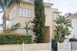 Фасад дома. Кипр, Декелия - Ороклини : Прекрасная вилла с бассейном в 115 метрах от пляжа, 3 спальни, 2 ванные комнаты, барбекю, парковка, Wi-Fi