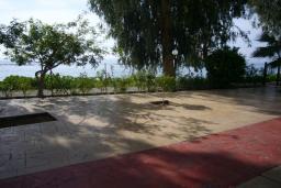 Кипр, Айос Тихонас Лимассол : Апартамент в 50 метрах от пляжа, с балконом и видом на море, с гостиной и тремя отдельными спальнями, для 6 человек
