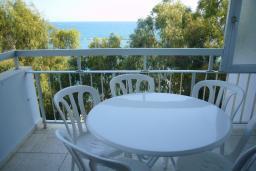 Кипр, Айос Тихонас Лимассол : Апартамент в 50 метрах от пляжа, с балконом и видом на море, с гостиной, тремя спальнями и двумя ванными комнатами, для 5 человек