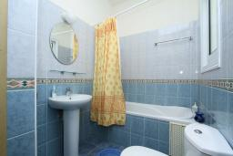 Ванная комната. Кипр, Гермасойя Лимассол : Мезонет с большой гостиной, тремя отдельными спальнями и двумя ванными комнатами, для 6 человек