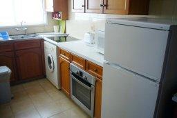 Кухня. Кипр, Айос Тихонас Лимассол : Апартамент в комплексе с бассейном, с гостиной и двумя отдельными спальнями, для 4 человек