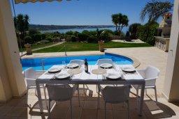 Терраса. Кипр, Корал Бэй : Вилла с видом на море, с 3-мя спальнями, с бассейном, тенистой террасой с патио и барбекю, расположена в Coral Bay