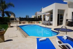Вид на виллу/дом снаружи. Кипр, Корал Бэй : Вилла с видом на море, с 3-мя спальнями, с бассейном, тенистой террасой с патио и барбекю, расположена в Coral Bay