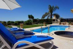 Зона отдыха у бассейна. Кипр, Корал Бэй : Вилла с видом на море, с 3-мя спальнями, с бассейном, тенистой террасой с патио и барбекю, расположена в Coral Bay